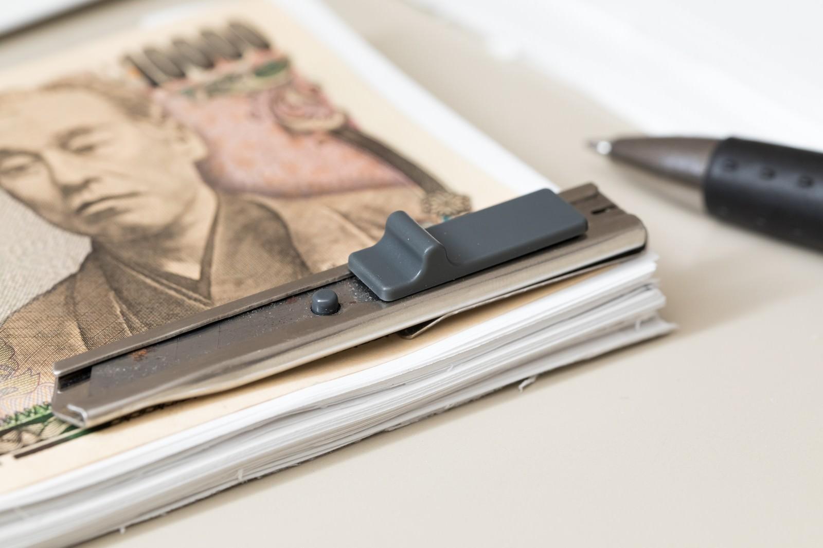 「見える部分だけ本物の紙幣(一万円)にして札束に見せる見える部分だけ本物の紙幣(一万円)にして札束に見せる」のフリー写真素材を拡大
