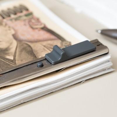 「見える部分だけ本物の紙幣(一万円)にして札束に見せる」の写真素材