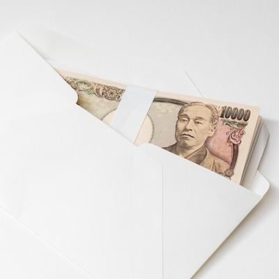 「封筒に入った紙幣」の写真素材