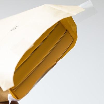 「封筒の中身は札束」の写真素材