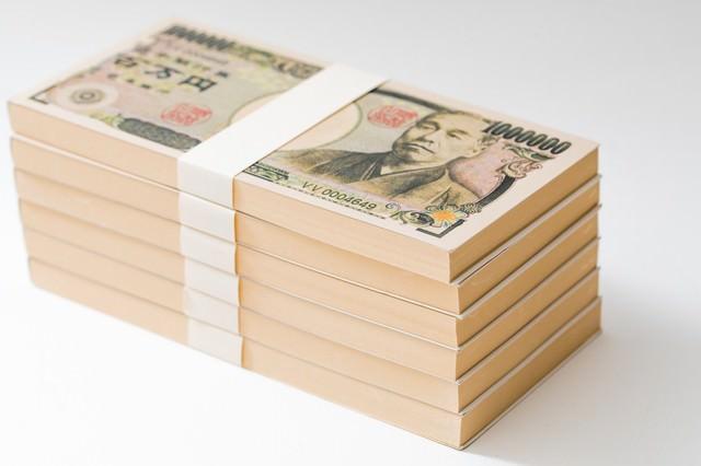 100万円(偽札)の札束が6段の写真