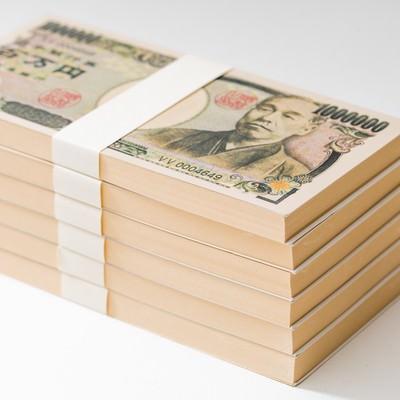 「100万円(偽札)の札束が6段」の写真素材