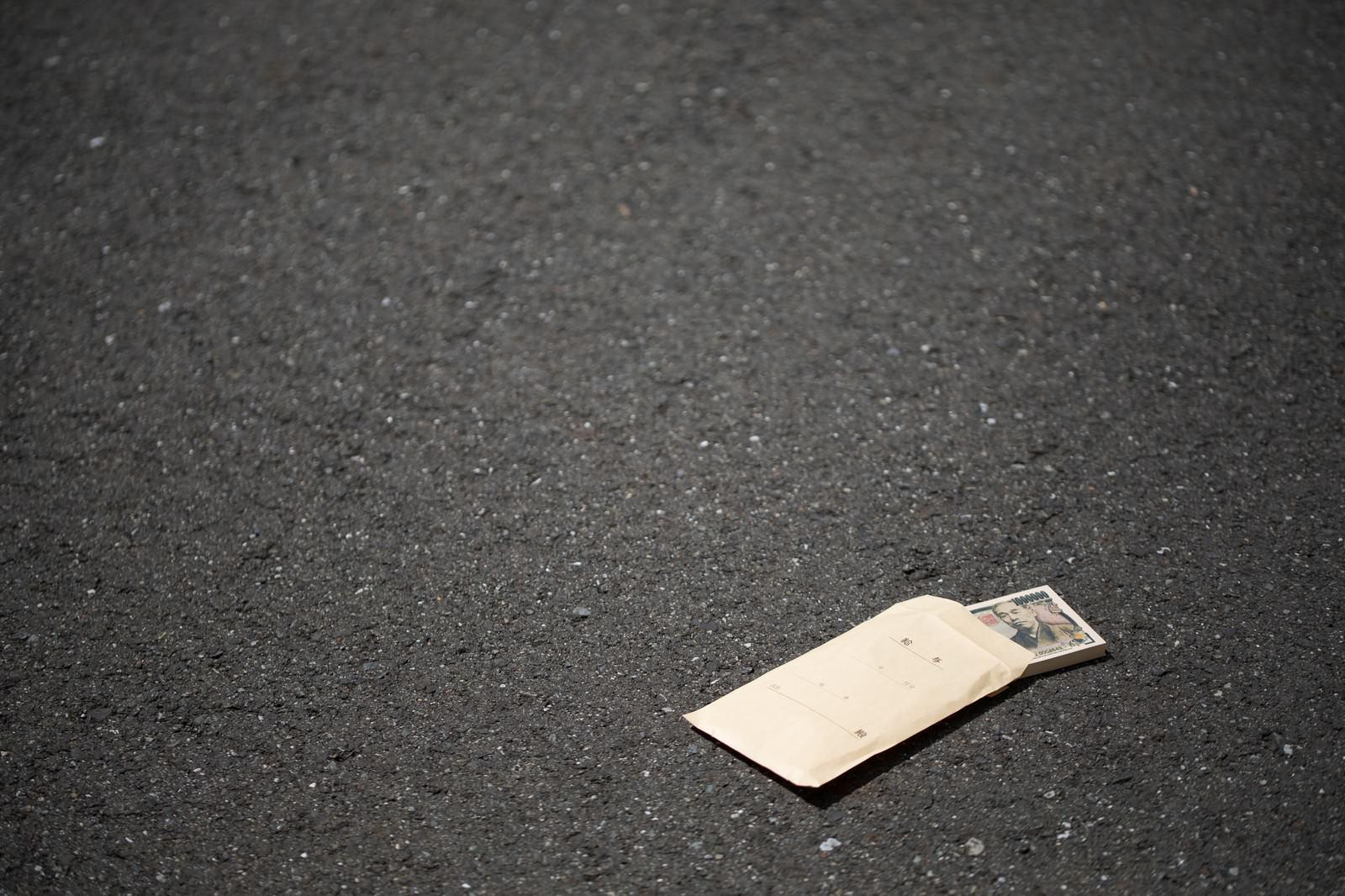 「道端に落ちた札束トラップ道端に落ちた札束トラップ」のフリー写真素材を拡大