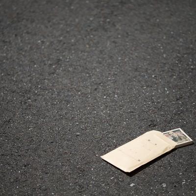 「道端に落ちた札束トラップ」の写真素材
