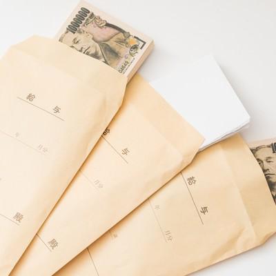 「給与袋を開封したら偽札と紙切れだった」の写真素材