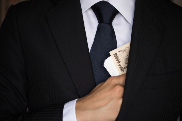 懐から紙幣をチラつかせるの写真