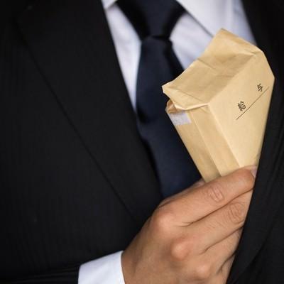 「給料もらいすぎて内ポケットに入らないでござる」の写真素材