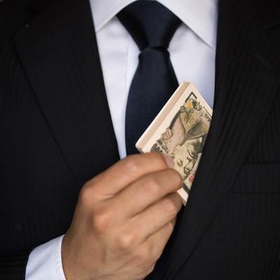 「キャッシュ(偽札)をチラつかせるビジネスマン」の写真素材