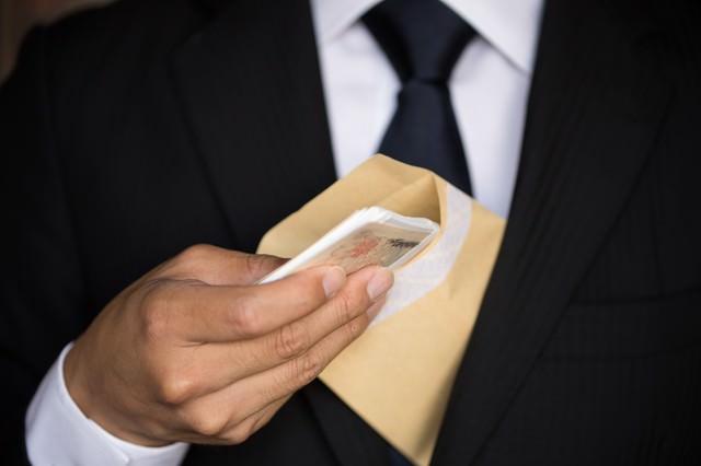 封筒に入った札束、どう見てもパフォーマンスの写真