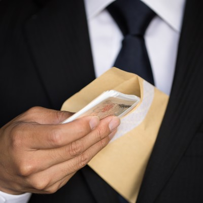 「封筒に入った札束、どう見てもパフォーマンス」の写真素材