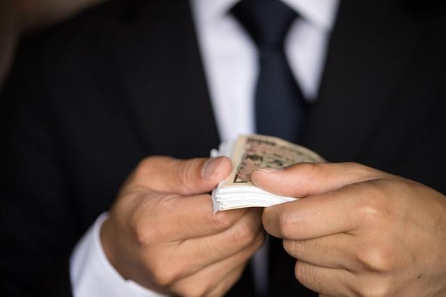 上と下だけ1万円札を使った富豪パフォーマンスの写真