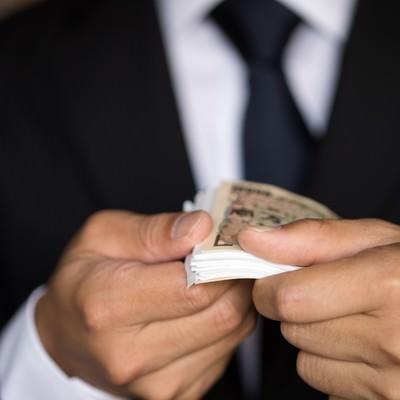 「上と下だけ1万円札を使った富豪パフォーマンス」の写真素材