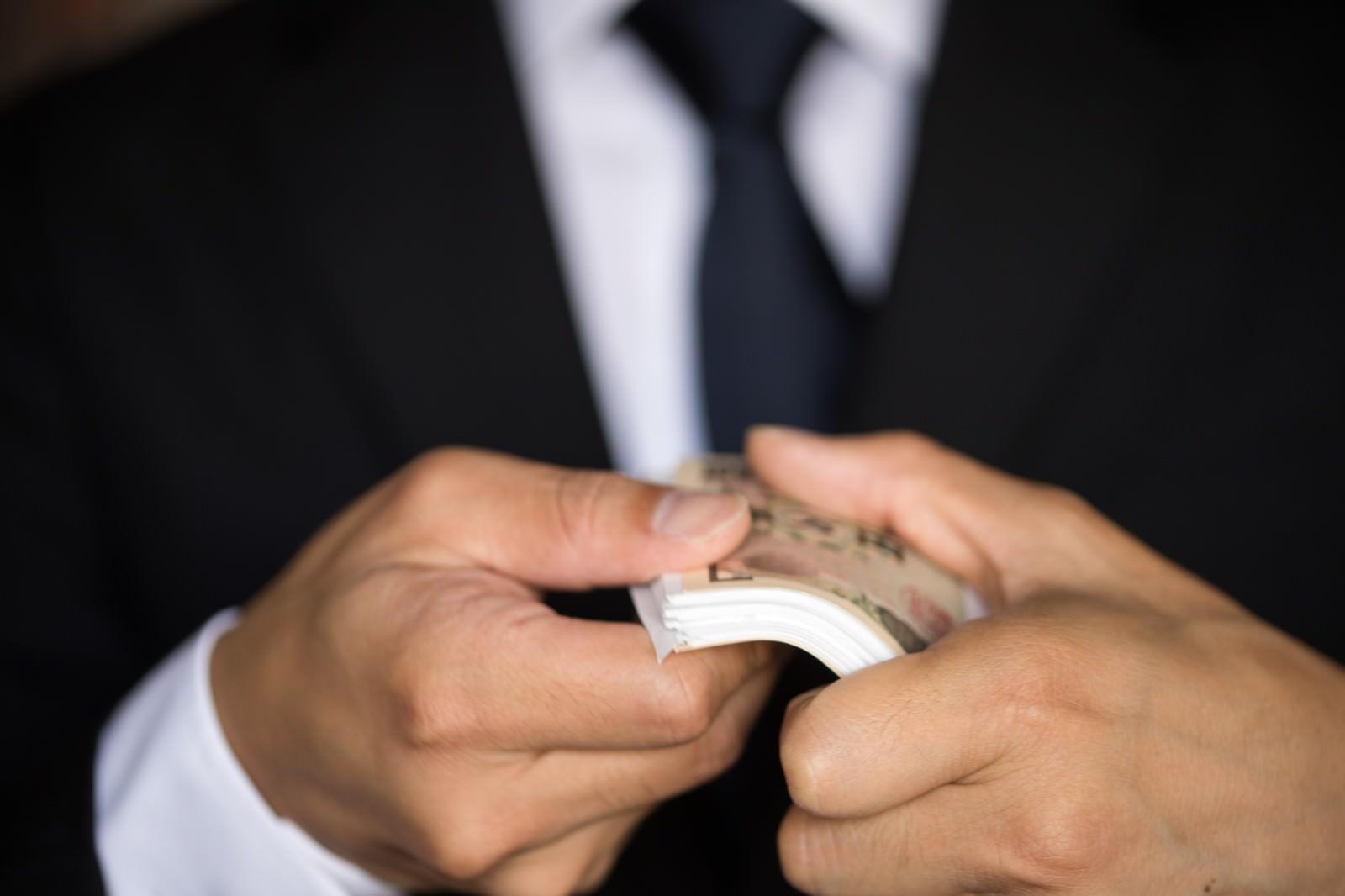 「札束を見せつけるも、どう見ても1万円札束を見せつけるも、どう見ても1万円」のフリー写真素材を拡大