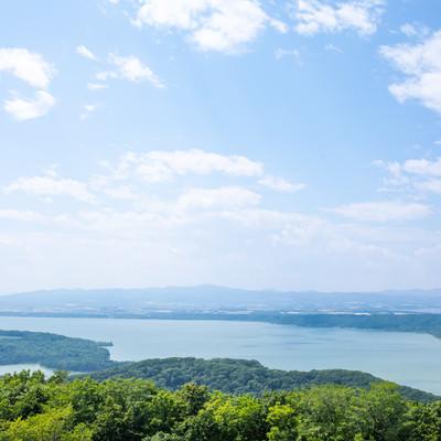 晴れた日の網走湖の写真