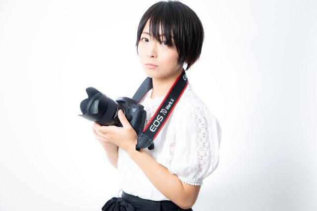 Canon 7D Mark2 を手に取るカメラ女子の写真