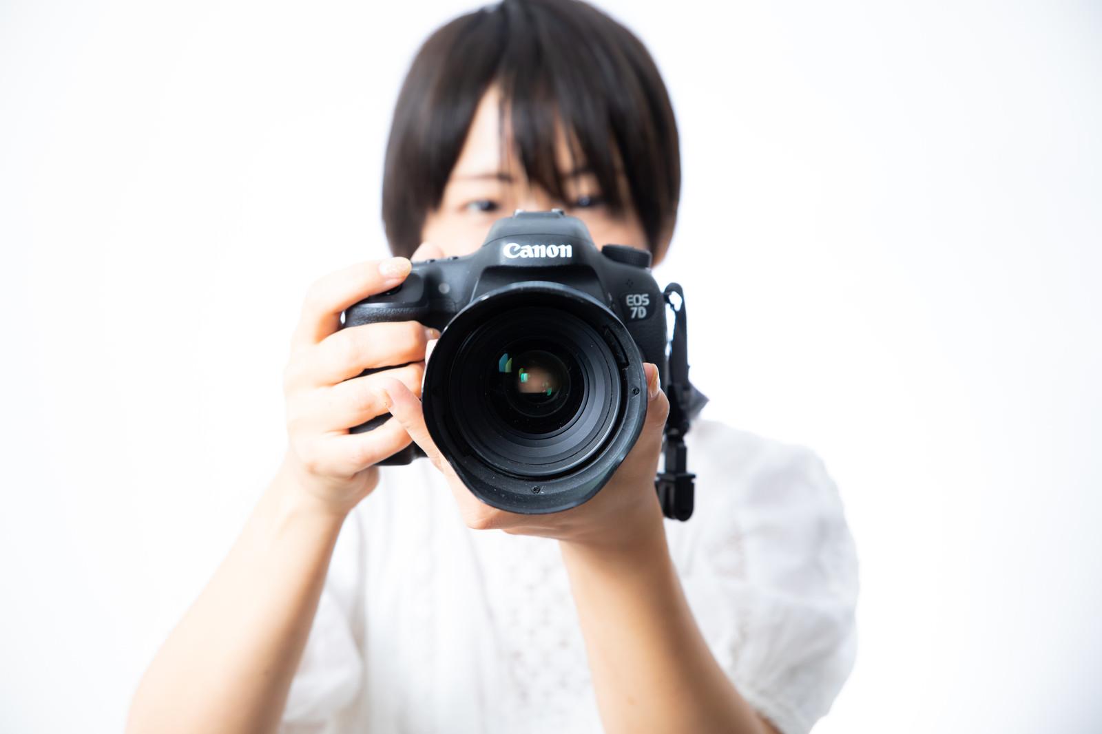 「大口径のレンズで撮影中 | 写真の無料素材・フリー素材 - ぱくたそ」の写真[モデル:にゃるる]