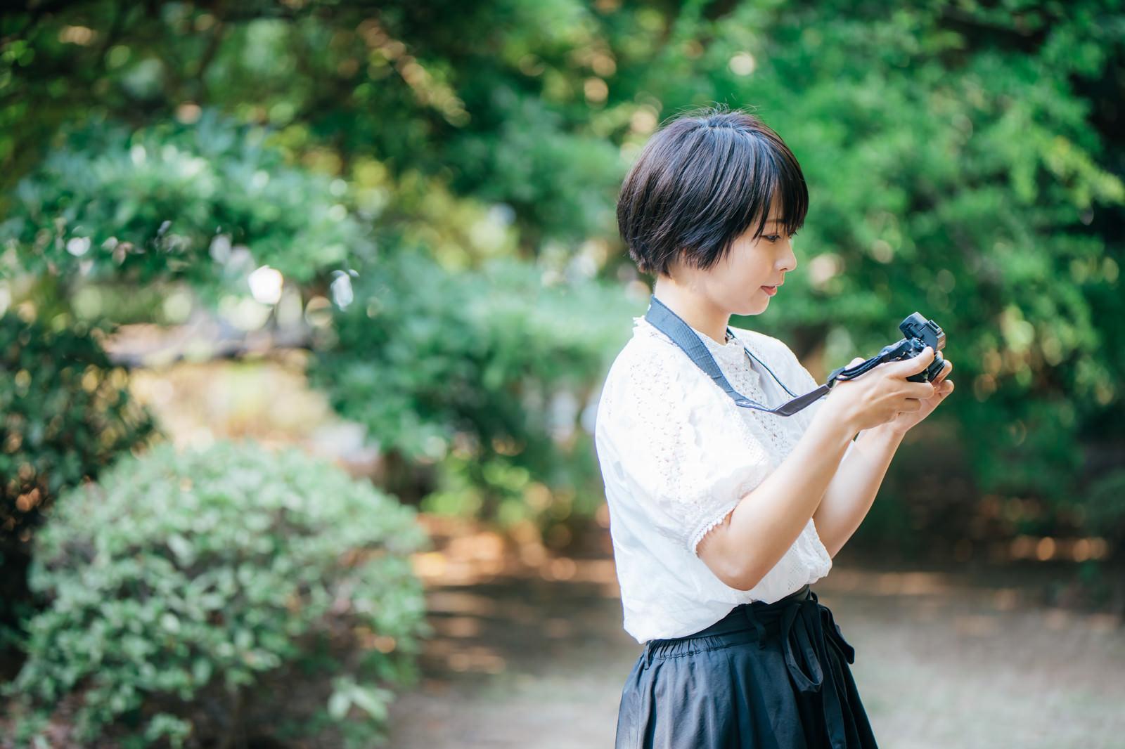 「スナップ撮影を楽しむカメラ女子」の写真[モデル:にゃるる]