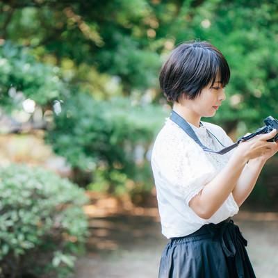スナップ撮影を楽しむカメラ女子の写真