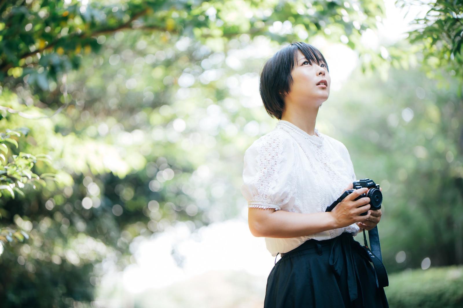 「ミラーレスカメラを持った女性カメラマン | 写真の無料素材・フリー素材 - ぱくたそ」の写真[モデル:にゃるる]