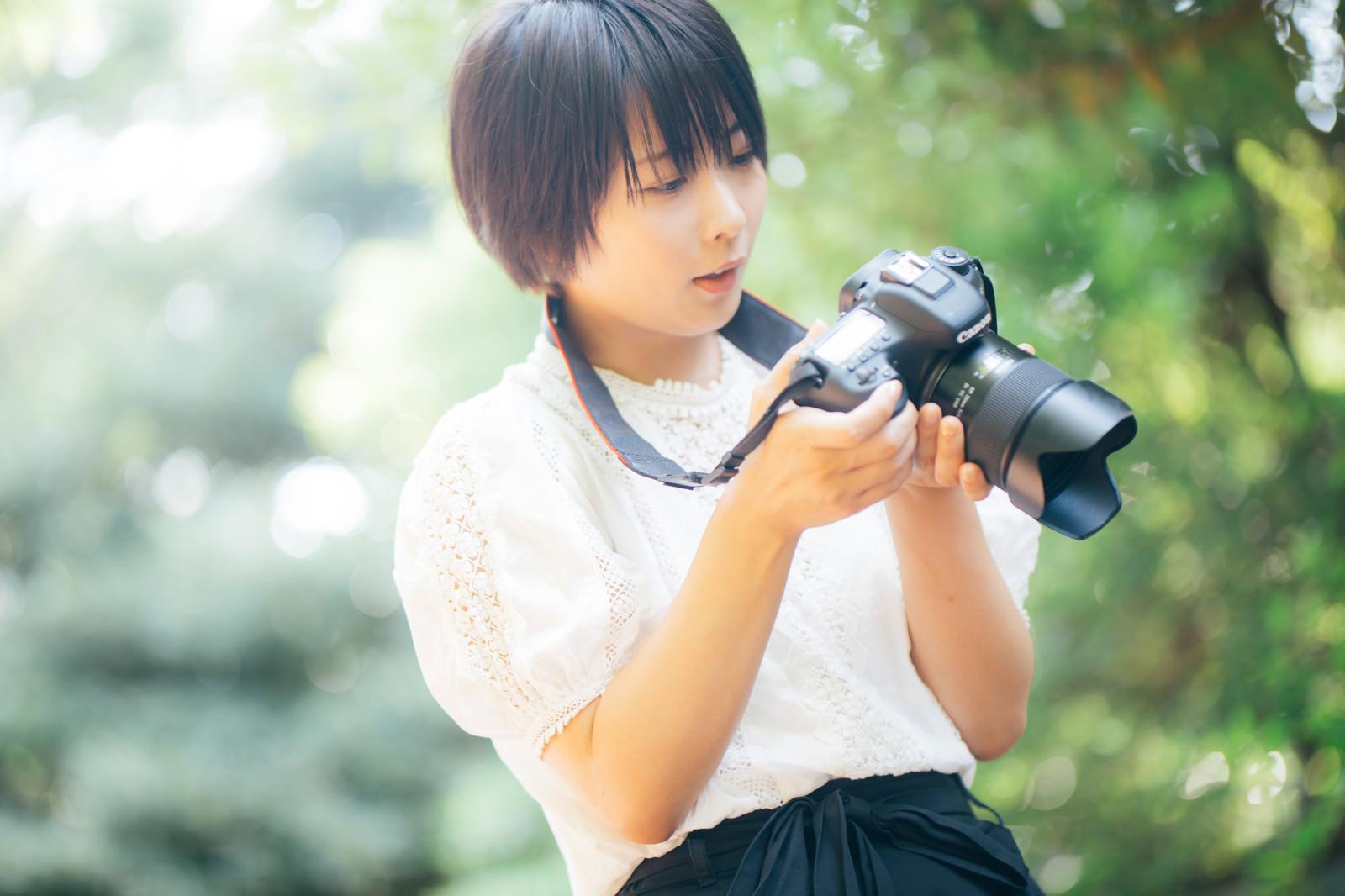「フォトウォーク女子フォトウォーク女子」[モデル:にゃるる]のフリー写真素材を拡大