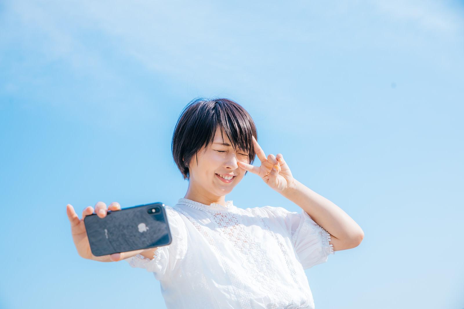 「夏日の自撮り女子」の写真[モデル:にゃるる]
