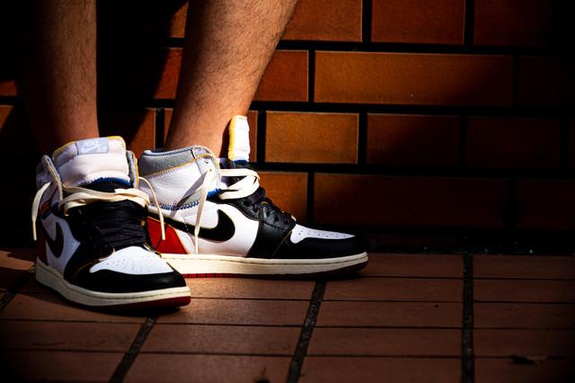 スニーカーを履いた足元に差し込む光(AIR JORDAN)の写真