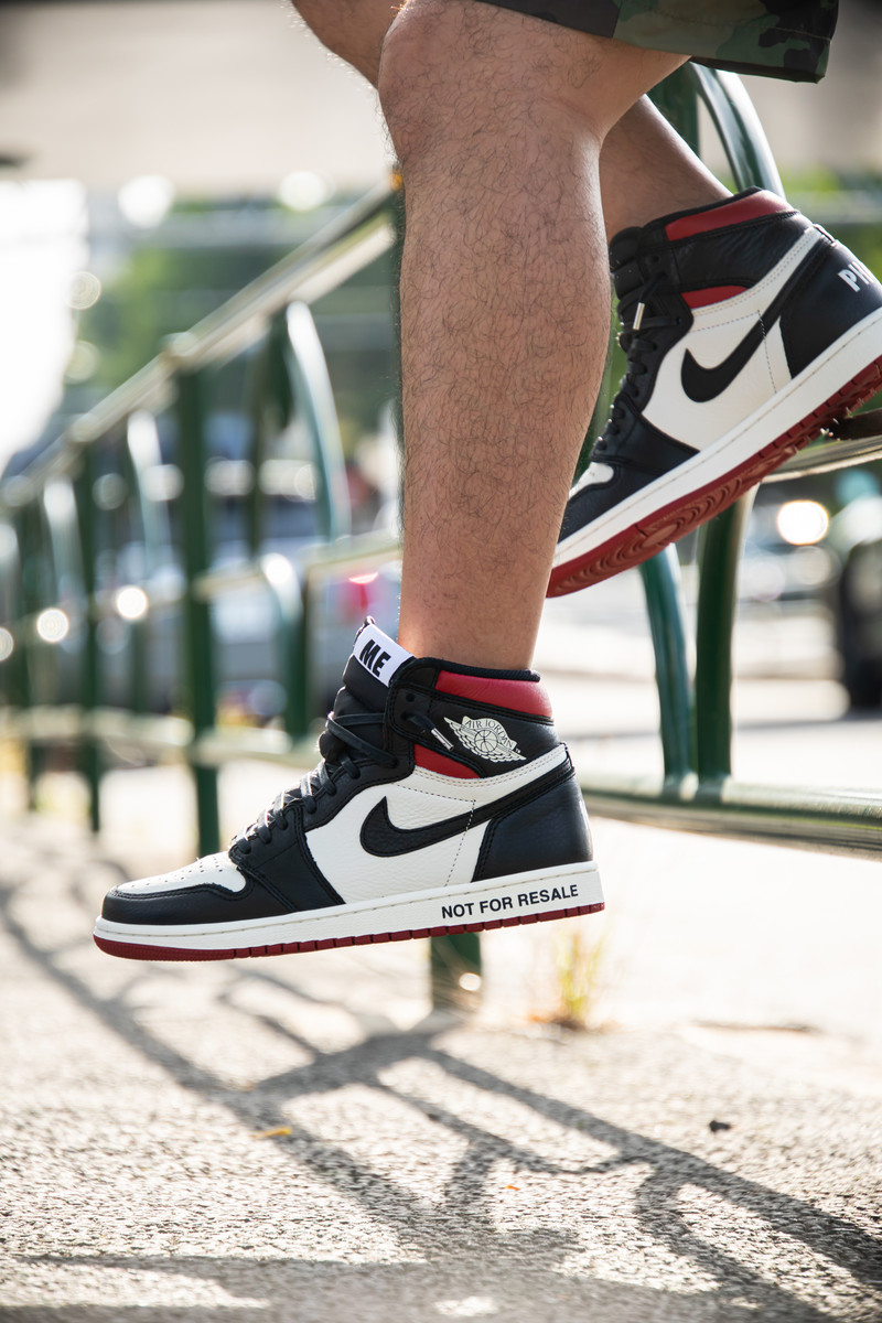 「ナイキのスニーカーを履いた男性の足元(AIR JORDAN)」の写真