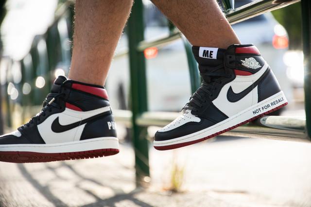 スニーカーを履いてストリートファッションの足元の写真