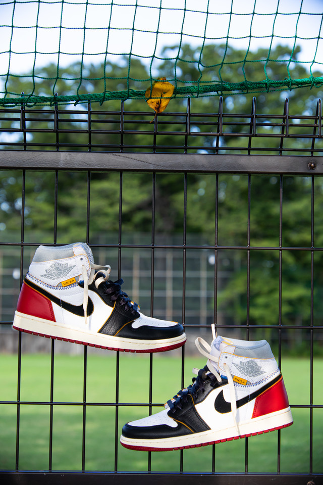 フェンスに吊るされるスニーカーのワイルド(AIR JORDAN)の写真