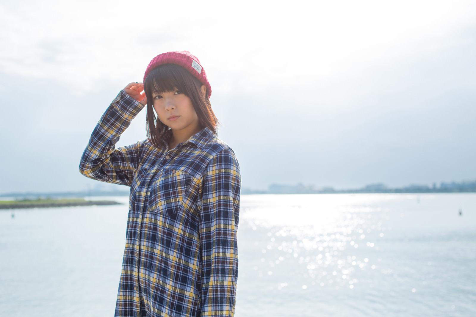「海面に反射したキラキラと女子 | 写真の無料素材・フリー素材 - ぱくたそ」の写真[モデル:にゃるる]