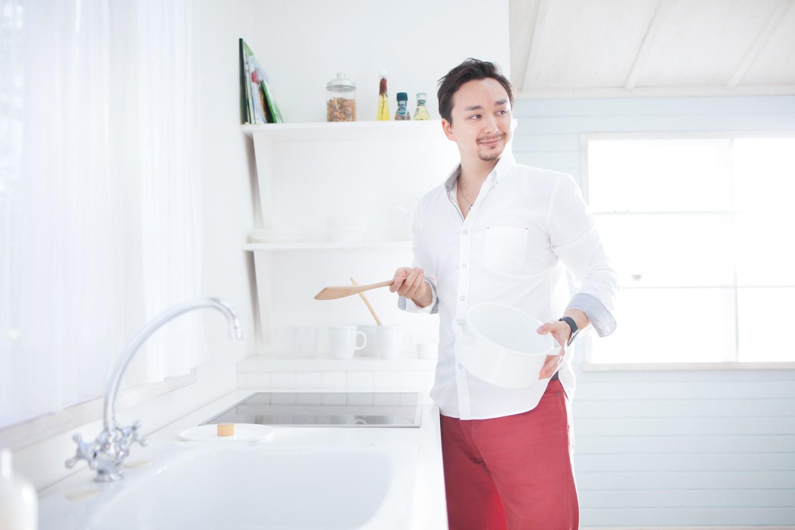 「ホームパーティーで手料理を振舞おうとする元彼」の写真[モデル:Max_Ezaki]