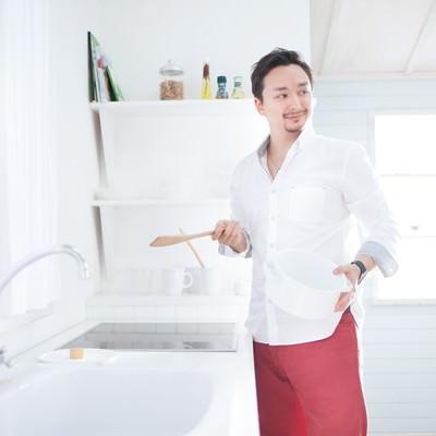 「ホームパーティーで手料理を振舞おうとする元彼」の写真素材
