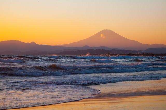「押し寄せる波と富士の山」のフリー写真素材