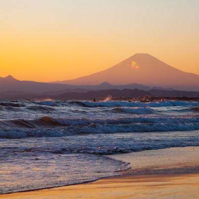 「押し寄せる波と富士の山」の写真素材