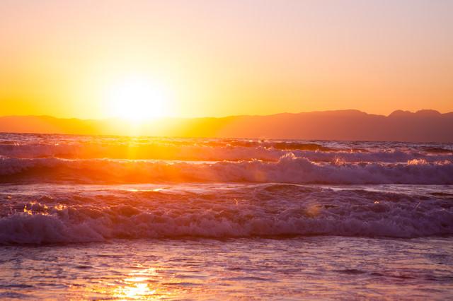 「荒波と日の出」のフリー写真素材