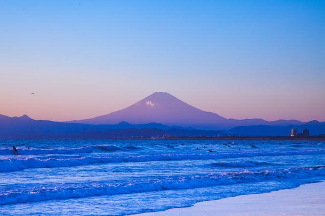海とサーファーと富士山の写真