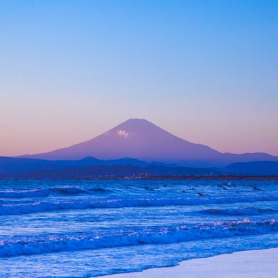 「海とサーファーと富士山」の写真素材
