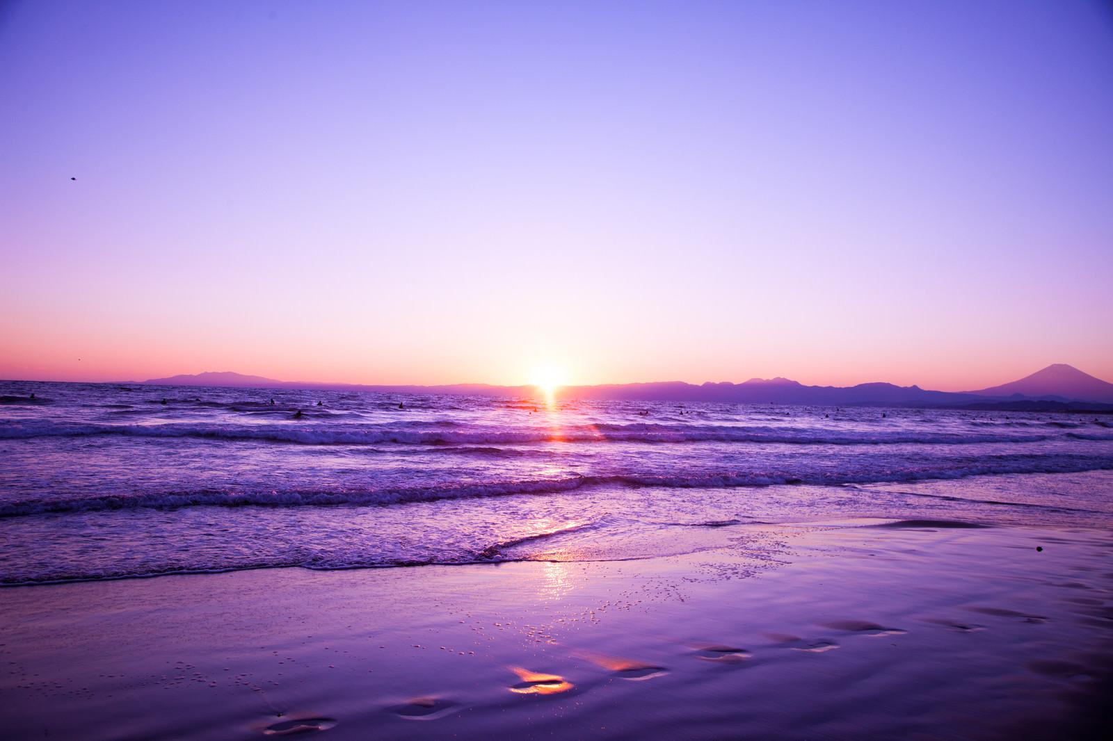 「静かに日が昇る静かに日が昇る」のフリー写真素材を拡大