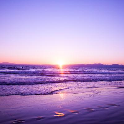「静かに日が昇る」の写真素材