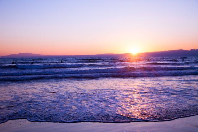 日の出と海の写真