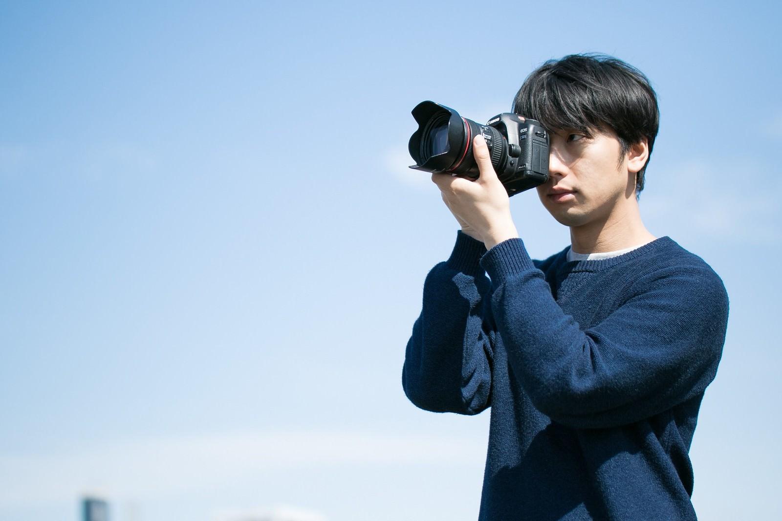 「フルサイズ機でガチ撮り中のカメラ男子」の写真[モデル:大川竜弥]