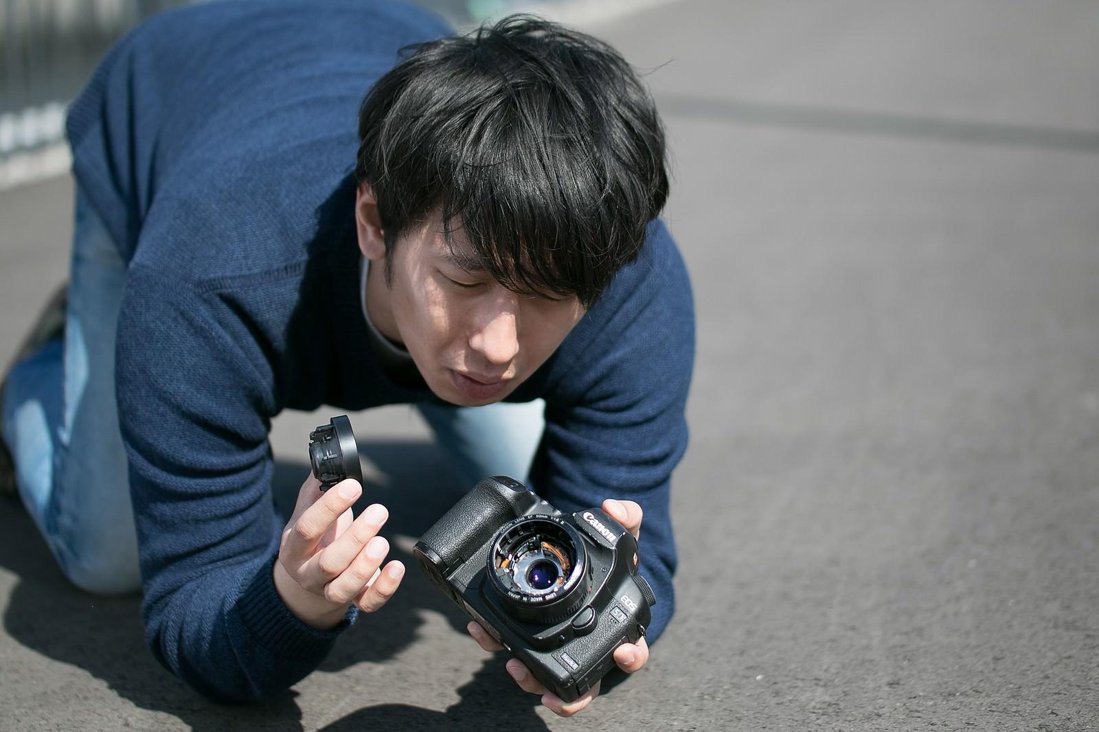 「カメラ落としたらレンズ壊れたンゴwww」の写真[モデル:大川竜弥]