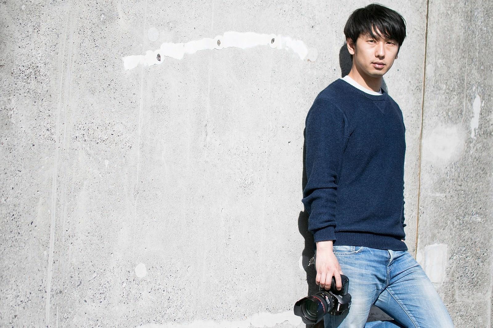 「撮影チャンスを伺うイケてるカメラ男子」の写真[モデル:大川竜弥]