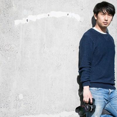 「撮影チャンスを伺うイケてるカメラ男子」の写真素材
