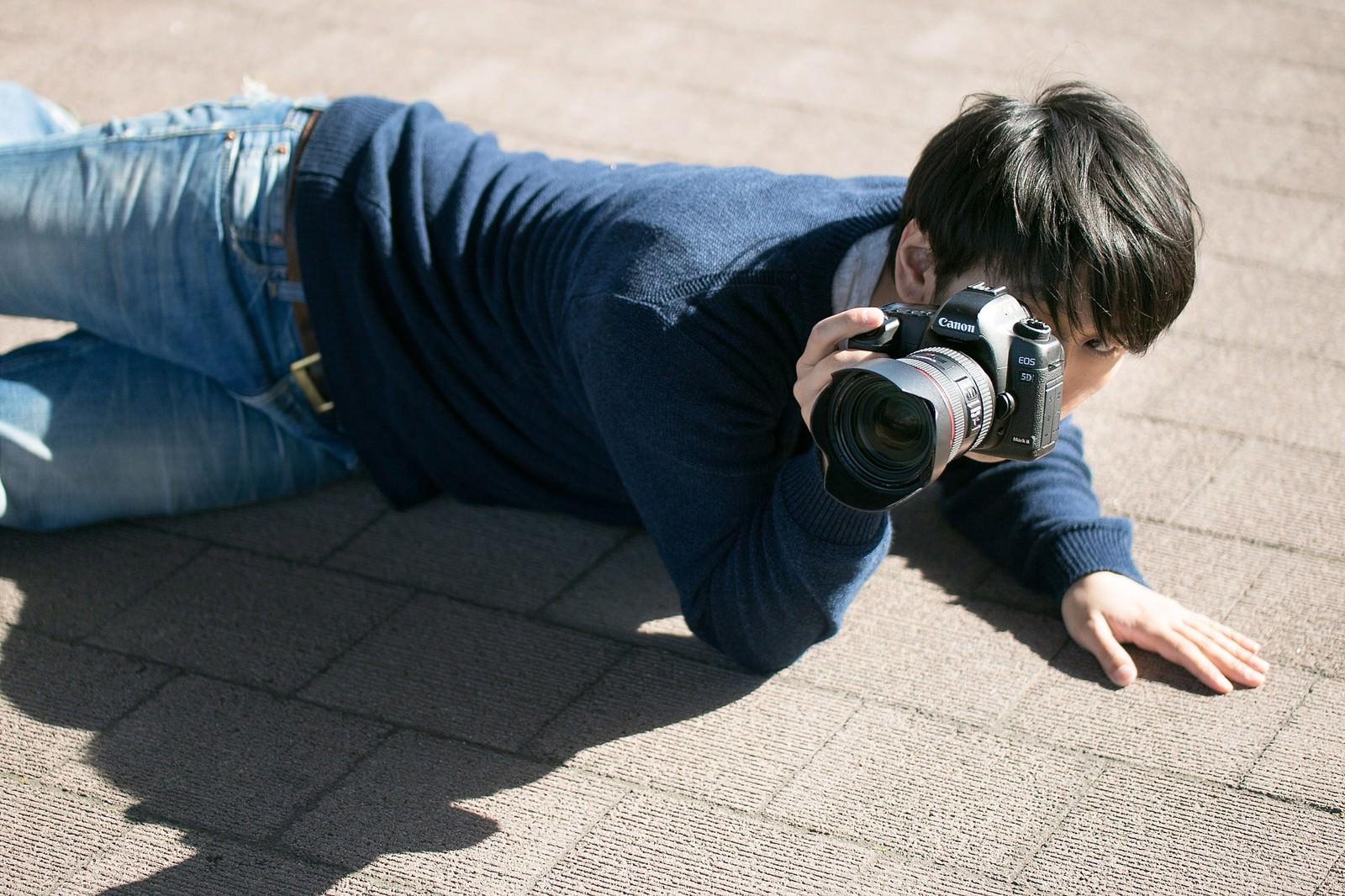 「下心を抑え下なめで撮影するポトレ専門のアマチュアフォトグラファー」の写真[モデル:大川竜弥]