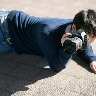 「下心を抑え下なめで撮影するポトレ専門のアマチュアフォトグラファー」の写真素材