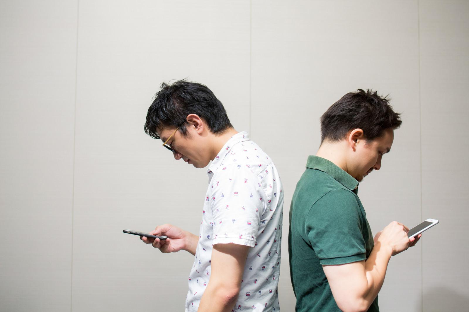 「近くにいるけど会話は全部アプリから近くにいるけど会話は全部アプリから」[モデル:Max_Ezaki ozpa]のフリー写真素材を拡大