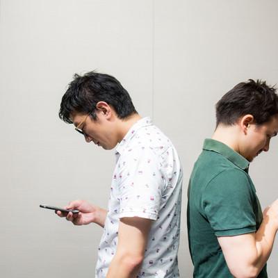 「近くにいるけど会話は全部アプリから」の写真素材