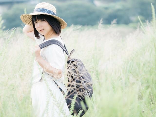 麦わら帽をかぶった彼女の写真