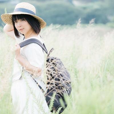「麦わら帽をかぶった彼女」の写真素材